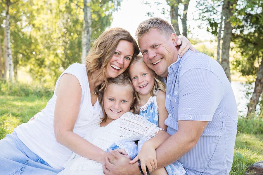 vid familjefotografering syskonfotografering utomhusfotografering barnfotograf fotograf sundsvall matfors lisa hulling