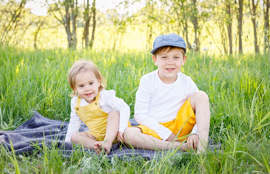 familjefotografering syskonfotografering utomhusfotografering barnfotograf fotograf sundsvall matfors lisa hulling utomhus